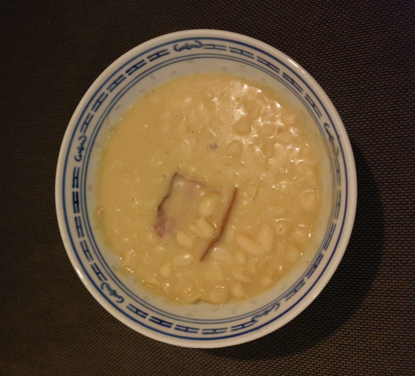 Ein Teller bosnischer Bohnensuppe - Grah.